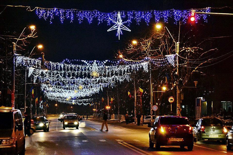 Doi tineri vor aprinde vineri luminile de Crăciun în Hunedoara