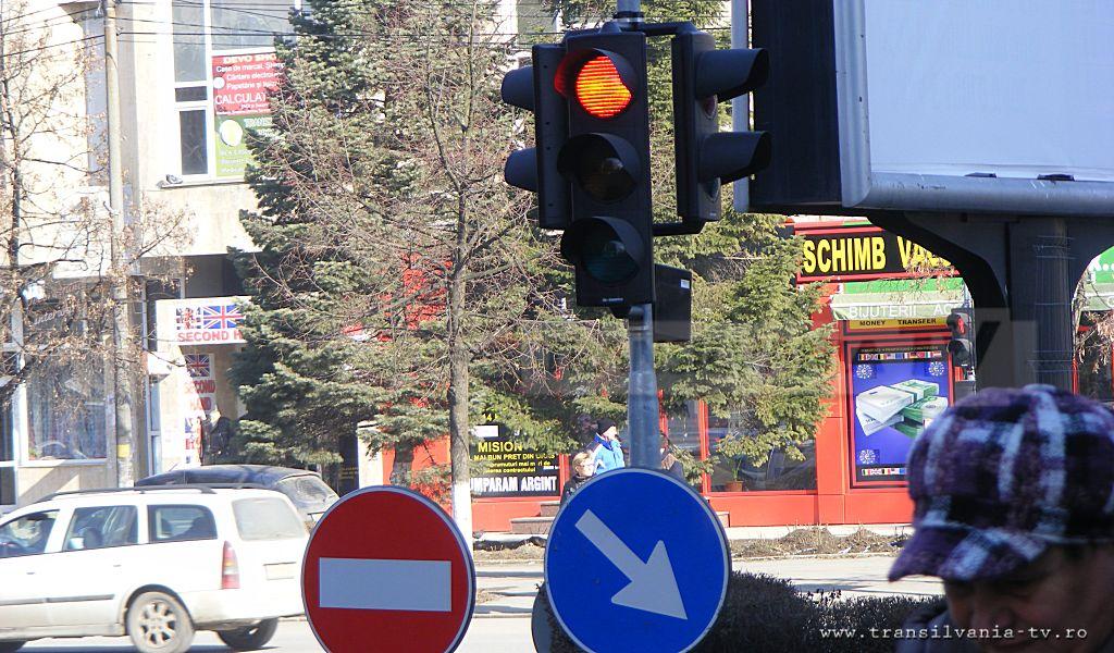 Devenii cer schimbarea setărilor la semafoarele din localitate