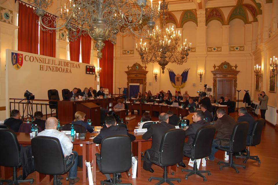 Funcționari publici din județul Hunedoara suspendați, după ce au fost trimiși în judecată