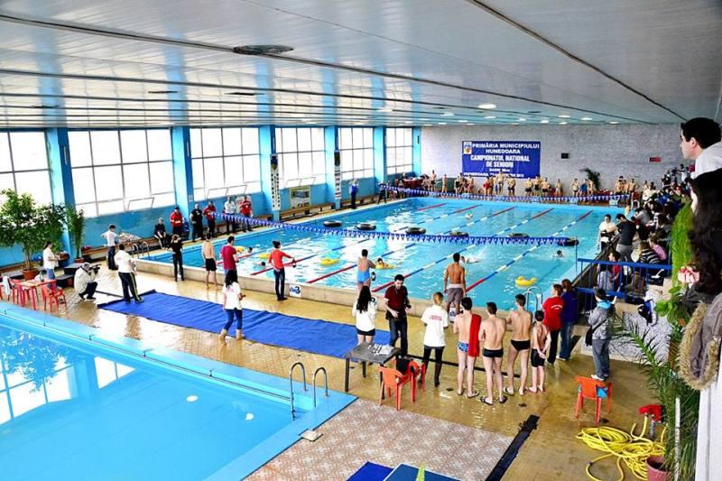 Bazinul de înot din Hunedoara a fost redeschis