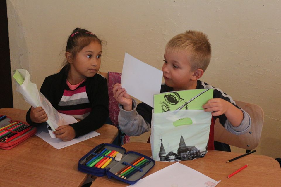 Rechizite pentru 415 copii hunedoreni
