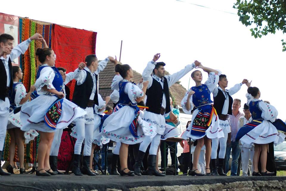 Spectacol folcloric la Deva, de Ziua Persoanelor Vârstnice