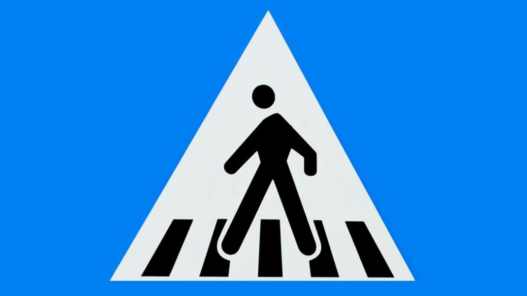 Deva: Lovită de o mașină pe trecerea de pietoni