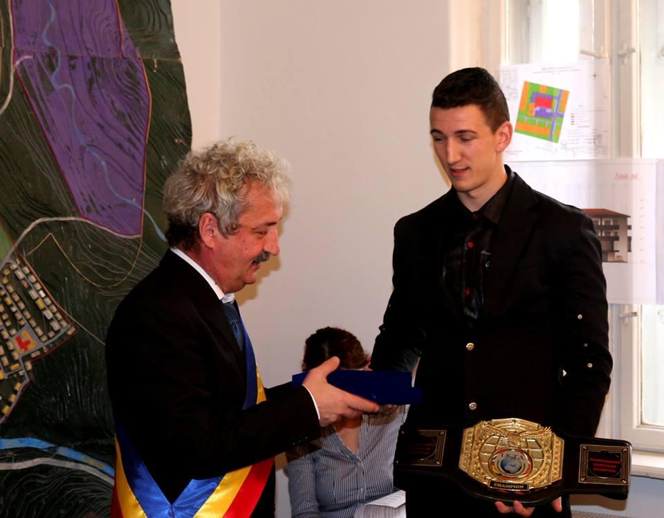 Hunedoara: Diplome de excelență pentru Andrei Roznovan și antrenorul Doru Coșei (kickboxing)i
