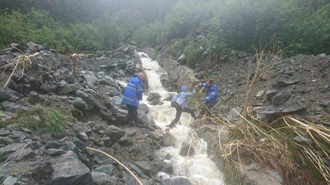 Turişti blocaţi pe drumul Poiana Pelegii–Barajul Gura Apelor, din munţii Retezat, salvați de jandarmi