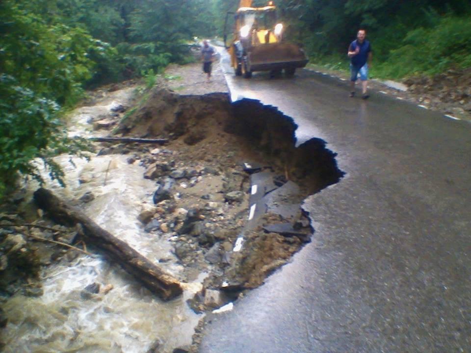 Drumul dintre situl arheologic Sarmizegetusa Regia și localitatea Costești, grav afectat de ploi