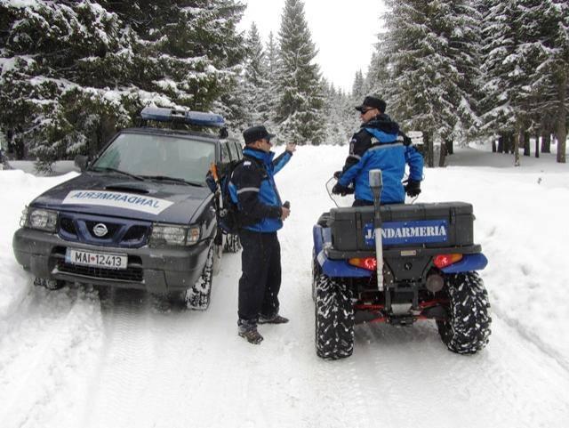 Jandarmii montani din cadrul Postului Parâng au ajutat un bărbat care ajunsese cu mașina într-un șanț