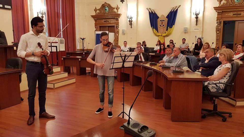 Acordurile unei viori Stradivarius s-au auzit în sala de ședințe a Consiliului Județean Hunedoara.