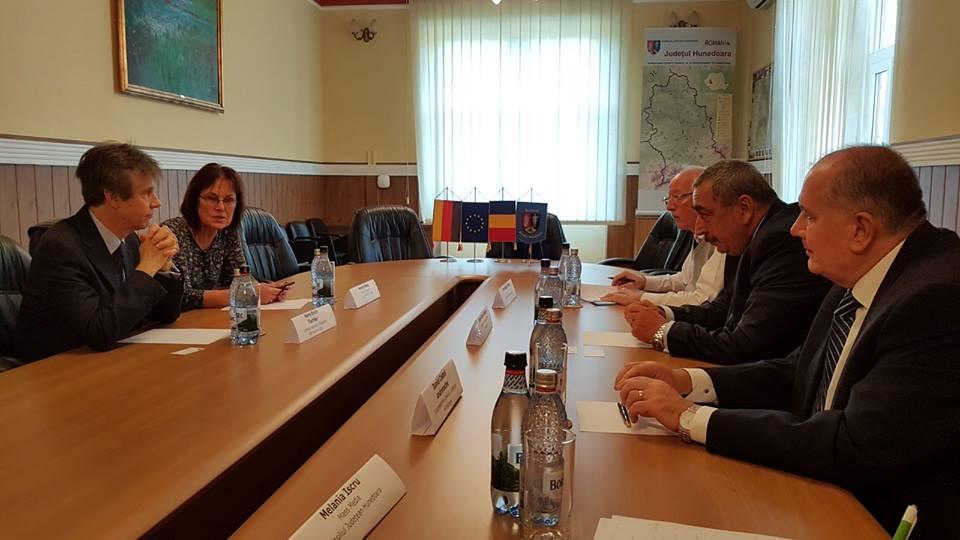 Consulul Germaniei la Sibiu, Hans Erich Tischler, în vizită la Consiliul Județean Hunedoara.