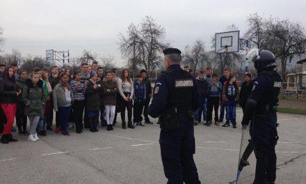 Jandarmii hunedoreni, în mijlocul elevilor din Ilia
