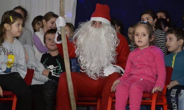 Garda Cetăţii Deva a împărţit o tonă de daruri copiilor sărmani din judeţ