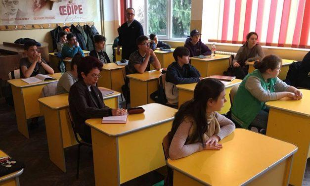 """Peste 300 de elevi din Deva au participat la campania """"Am 14 ani!"""""""