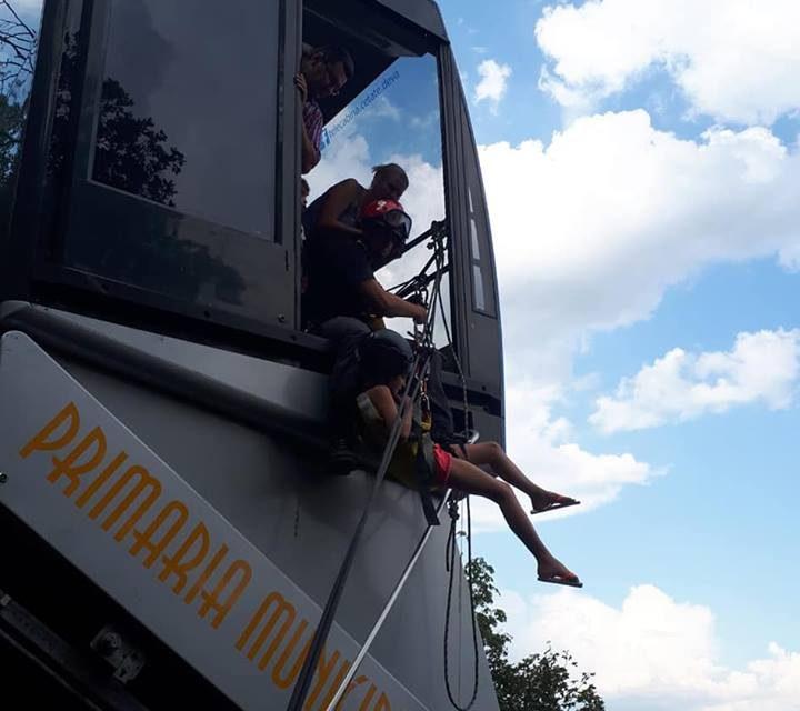 Alpiniştii pompieri deveni au intervenit pentru salvarea a 19 persoane blocate în telecabina de la Dealul Cetăţii