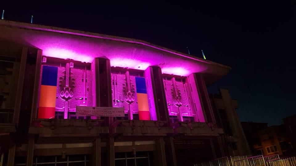 """Centrul Cultural """"Drăgan Muntean"""" Deva, iluminat în roz pentru o seară"""