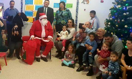 Moş Crăciun a împărţit daruri copiilor de la Creşa Deva