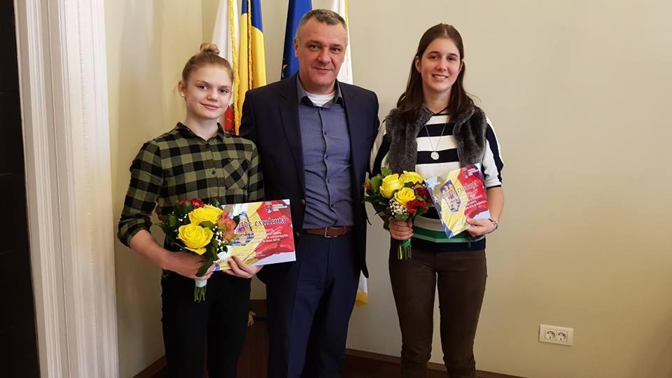 Două eleve, premiate de Primăria Deva