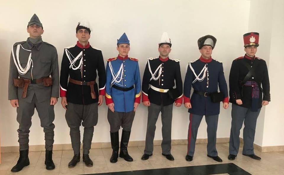 Premieră pe străzile Devei – Jandarmi în uniforme de epocă