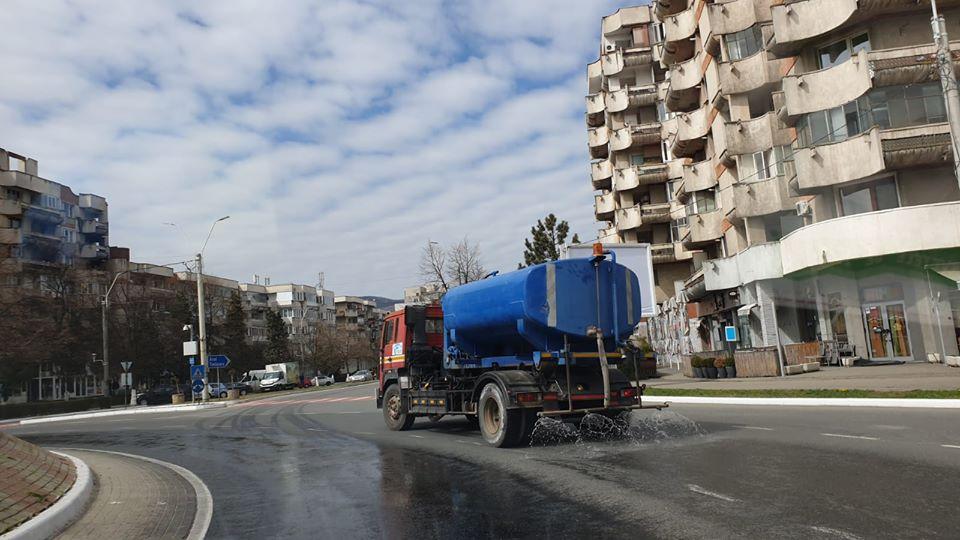 Străzile și trotuarele Devei sunt dezinfectate zilnic